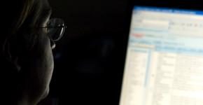 Una mujer, durante su curso online de nuevas tecnologías. (Flickr)