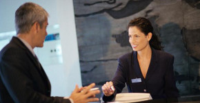La recepcionista de un hotel, durante su jornada de trabajo.  Eric Audras (Gtres).