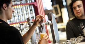Un camarero atendiendo en un bar. Los españoles trabajamos un 20% más de horas que los alemanes. GDG (GTres)