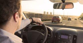 Conductor de Uber recoge a un pasajero