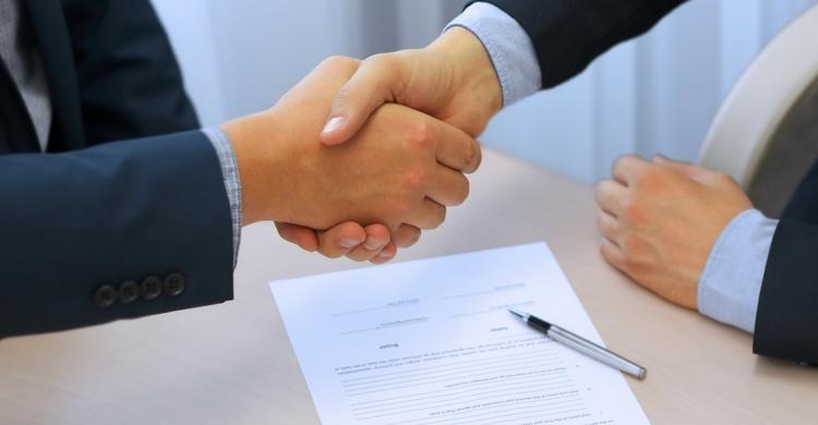 Cosas que debes saber antes de firmar un contrato (Istock)