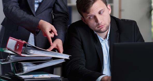 imagen de un trabajador con exceso de trabajo
