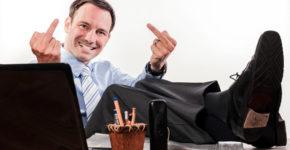 Imagen de un trabajador haciendo un gesto de mala educación (iStock)