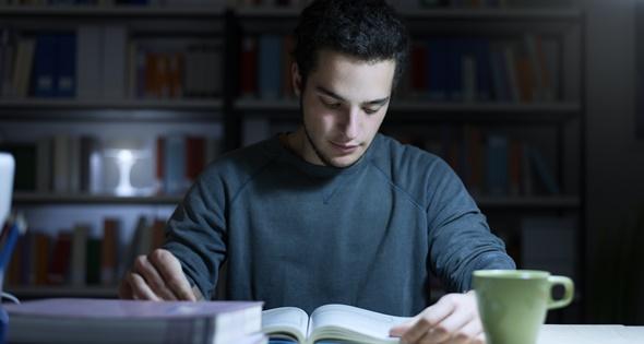 Estudiante preparando un examen. Demaerre (iStock)