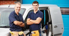 Dos trabajadores de una empresa de reformas. Monkeybusinessimages (iStock)