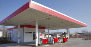 Una gasolinera despide a tres empleadas por no llevar minifalda