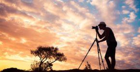 Fotógrafo con su cámara y trípode. Kieferpix (iStock)