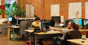 Una trabajadora recién contratada junto a su nueva jefa. Monkeybusinessimages (iStock)