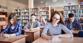 Estudiantes en una biblioteca. Shironosov (iStock)