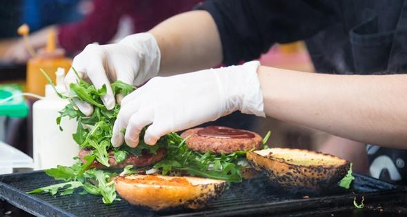 Camarero haciendo una hamburguesa. Kasto80 (iStock)