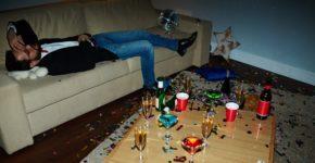 Hombre con resaca tras una fiesta en su casa. Shironosov (iStock)
