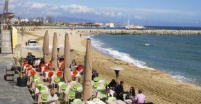 Imagen de una terraza en la playa de la Barceloneta. Nickos (iStock)