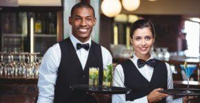 Dos camareros perfectamente formados. Wavebreakmedia (iStock)