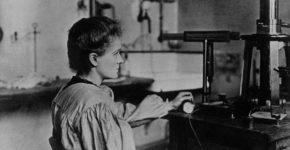 Marie Curie en su laboratorio. (Wikipedia Creative Commons)