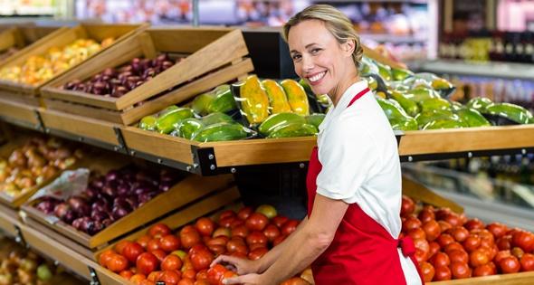 Empleada de la sección de frutería de un supermercado. Wavebreakmedia (iStock)