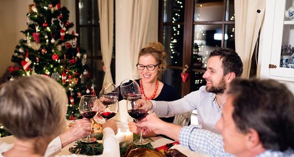 Familia cenando en Navidad. Halfpoint (iStock)