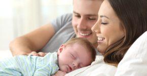 Imagen de un padre y una madre con su hijo. AntonioGuillem (iStock)