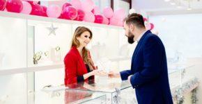 Imagen de un cliente flirteando con la dependienta. Djedzura (iStock)