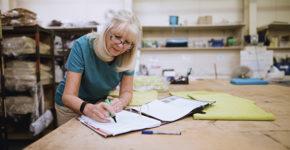 Mayores de 55 años trabajando (Istock)