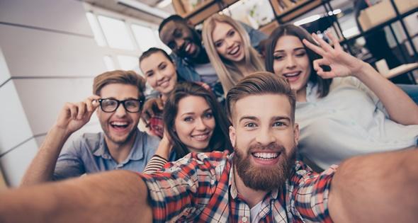 Trabajadores felices en su empresa. Deagreez (iStock)