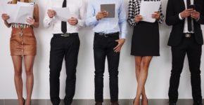 Candidatos entes de una entrevista de trabajo. Gpointstudio (iStock)