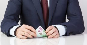 Un empresario con dinero para sus empleados. Ajcabeza (iStock)