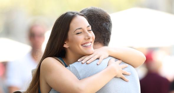 Dos personas abrazándose. AntonioGuillem (iStock)