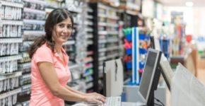 Trabajadora atendiendo a clientes (iStock)