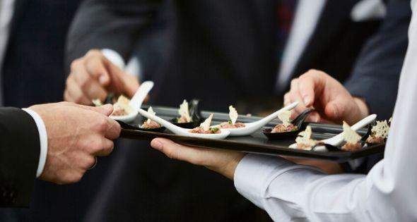 Adecco ha publicado nuevas ofertas de empleo para trabajar en el sector de la hostelería en Madrid (Istock)
