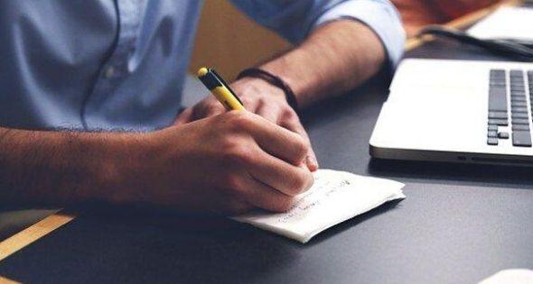 Chico escribiendo un blog personal