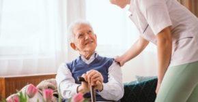 mujer cuidando a un hombre mayor (iStock)