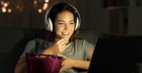 Chica viendo películas (iStock)