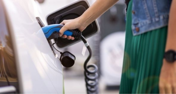 Cada vez un mayor número de personas apuestas por los coches eléctricos (iStock)