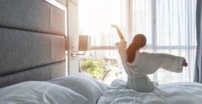 Persona en cama de lujo