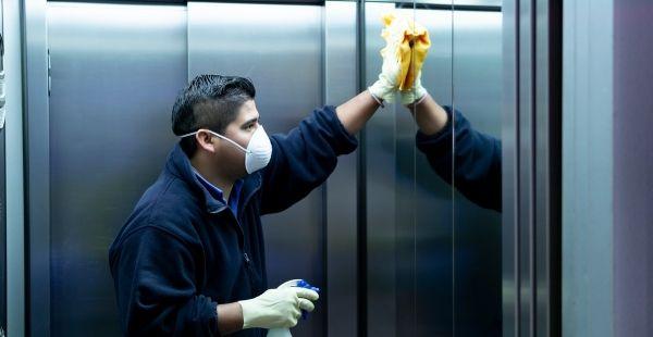 Hombre limpiando un ascensor