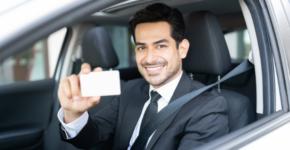 Hombre en traje con el carnet de conducir